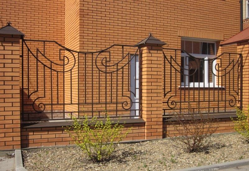 Забор из металлопрофиля с кирпичными столбами